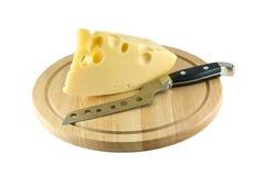 Käse auf dem Küchevorstand und Messer für Käse Stockfoto