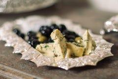Käse auf einer silbernen Platte Lizenzfreies Stockbild