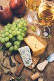 Käse auf hölzernem Brett und Weißwein, Draufsicht lizenzfreie stockbilder