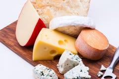 Käse auf hackendem Brett lizenzfreies stockfoto