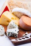Käse auf hackendem Brett stockfoto
