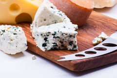 Käse auf hackendem Brett lizenzfreie stockbilder
