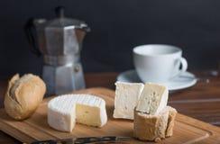 Käse auf Holztisch mit Kaffee und Brot Stockfoto