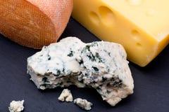 Käse auf schwarzem Hintergrund stockfotografie
