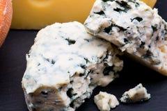 Käse auf schwarzem Hintergrund stockbild