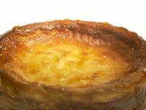Käse backte Kuchen mit Aprikosenstau und -rosinen Stockfotos