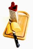 Käse bereitet sich für eine Raspel vor Lizenzfreies Stockfoto