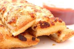 Käse-Brot und Marinara Soße Stockfoto
