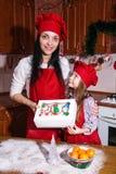 Käse-Cremezucker der Weihnachtsfestabendessenmenünachtischideenschokoladenpfefferminzkleinen kuchen, der Dekorationsmutter besprü Lizenzfreie Stockfotografie