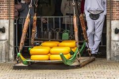 Käse, der Detail im Alkmaar-Markt wiegt Niederländisches Holland lizenzfreie stockbilder