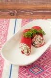 Käse der Pfannkuchen mit Sahne mit roten Rüben und Grüns Lizenzfreies Stockfoto