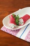 Käse der Pfannkuchen mit Sahne mit roten Rüben und Grüns Stockfotografie