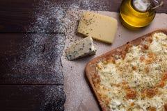 Käse der Pizza vier mit Oregano und Olivenöl quattro fromaggi Stockbilder