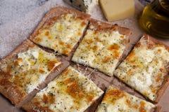 Käse der Pizza vier mit Oregano und Olivenöl quattro fromaggi Lizenzfreie Stockfotografie