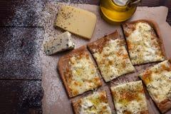 Käse der Pizza vier mit Oregano und Olivenöl quattro fromaggi lizenzfreie stockbilder