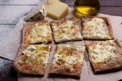 Käse der Pizza vier mit Oregano und Olivenöl quattro fromaggi stockfoto