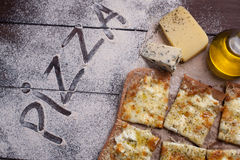 Käse der Pizza vier mit Oregano und Olivenöl quattro fromaggi Stockfotos