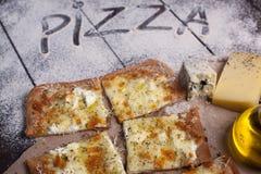 Käse der Pizza vier mit Oregano und Olivenöl quattro fromaggi stockfotografie
