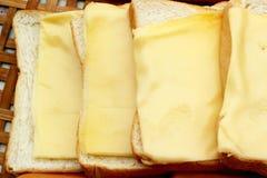 Käse der Platz auf einer Scheibe brot stockfoto