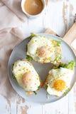 Käse der Sandwiche mit Sahne, frisches grünes Salat-, Lachs- und gebackenesei stockfotografie