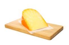 Käse in der Vakuumverpackung auf Schneidebrett Stockfoto