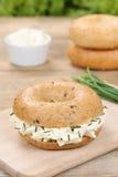 Käse des Bagels mit Sahne zum Frühstück Stockfotografie