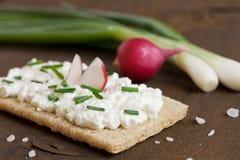 Käse des knusprigen Brotes mit Sahne Lizenzfreie Stockbilder