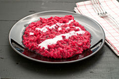 Käse des Risotto der roten Rübe mit Sahne Stockfotografie