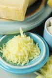 Käse in einer Schüssel Stockbilder