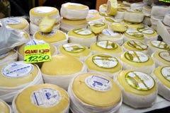 Käse für Verkauf auf Markt Lizenzfreie Stockfotos