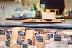 Käse am Feinkostgeschäft entgegengesetzt lizenzfreies stockbild