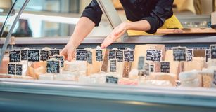 Käse am Feinkostgeschäft entgegengesetzt stockbild