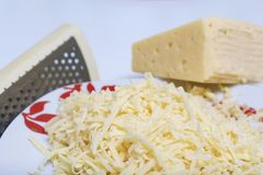 Käse, gehackt auf einer Reibe Hackfleischsteaks mit Kartoffeln, Eiern und Käse Kochen von Schritten und von Bestandteilen lizenzfreie stockfotos