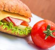 Käse Ham Sandwich Indicates Bread Roll und Delikatessen lizenzfreie stockfotografie