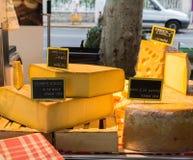 Käse im französischen Käse-Markt Lizenzfreie Stockbilder