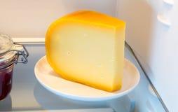 Käse im Kühlschrank mit der Tür offen Stockfoto