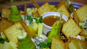 Käse, Kekse und Honig liegt auf der Platte stock video