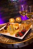 Käse-Mehrlagenplatte wirh weißer Wein Stockfoto