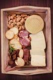 Käse mit Acajoubaum, geräucherte Würste Stockbilder