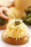 Käse mit Avocado auf Cracker Lizenzfreie Stockbilder