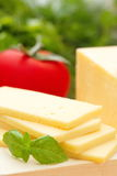 Käse mit Basilikum und Gemüse Lizenzfreies Stockbild