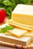 Käse mit Basilikum und Gemüse Lizenzfreie Stockfotografie