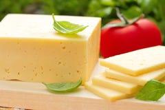 Käse mit Basilikum und Gemüse Stockfoto