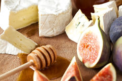 Käse mit Feigen und Honig Stockfotos