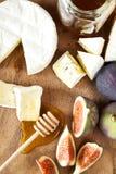 Käse mit Feigen und Honig Stockbild