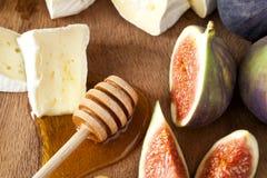 Käse mit Feigen und Honig Stockfoto