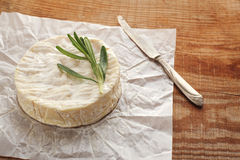 Käse mit Form auf einem Holztisch Stockfoto