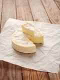 Käse mit Form auf einem Holztisch Lizenzfreie Stockfotos