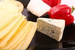 Käse mit grünem Pfeffer stockfotografie