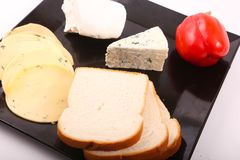Käse mit grünem Pfeffer lizenzfreie stockfotografie